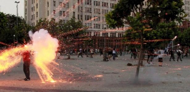 Cinegrafista atingido por explosivo em protesto no Rio tem morte cerebral (foto: Agência O Globo)