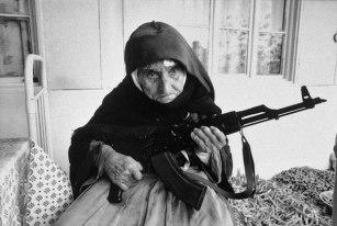 Uma mulher armênia de 106 anos protege sua casa, em 1990