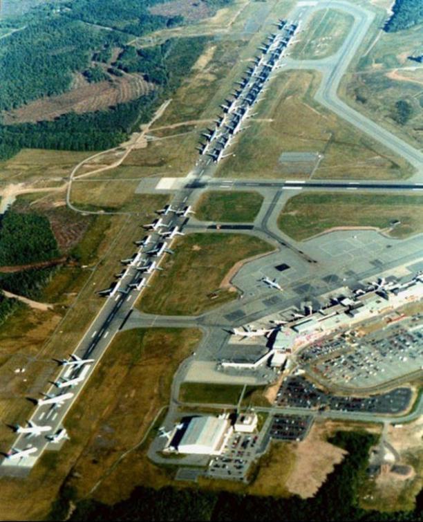 Aviões em solo esperam ordem para decolar durante os primeiros momentos após os ataques do 11 de Setembro em Nova Scotia, Canadá (2001)