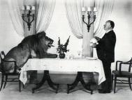 Alfred Hitchcock serve chá para o leão dos estúdios MGM, em 1975