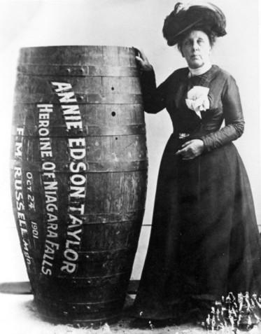 Annie Edison Taylor, a primeira pessoa a sobreviver ao jogar-se em um barril nas Cataratas do Niágara (1901)