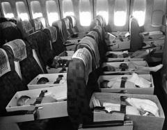Bebês órfãos do Vietnã viajam a caminho de Los Angeles, Califórnia (12 de abril de 1975)