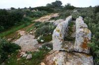 Detalhe da necrópole de Cyrene, na Líbia, após destruição por buldozers