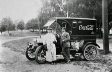Dois homens posam diante de um caminhão de distribuição de Coca-Cola em 1910