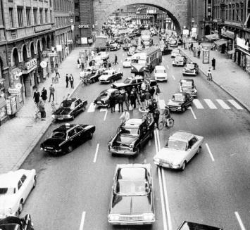 O dia em que a Suécia mudou a mão de direção dos carros nas ruas (1967)