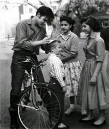 Elvis autografa para fãs na Alemanha. em 1959