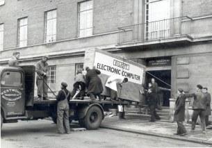 Entrega de um computador para o Conselho Municipal de Norwich, na Inglaterra, em 1957
