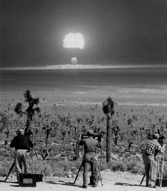 Filmagem da denotação de uma bomba atômica em Nevada, em 1955