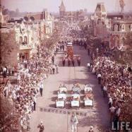 Inauguração do parque de diversões Disneyland, em 1955