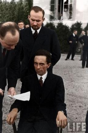 Joseph Goebbels, ministro de Propaganda da Alemanha nazista, franze a testa diante de um fotógrafo judeu em 1933 (colorida digitalmente)