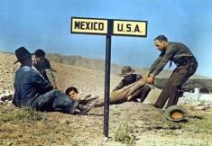 Homens da Patrulha de Fronteira dos EUA tentam arrastar um fugitivo e impedir sua fuga para o México (1920)