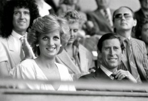 """A princesa Diana e o príncipe Charles assistem ao show """"Live Aid"""" em julho de 1985"""