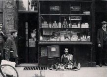 A menor loja de Londres: um sapateiro com 1,2 m² em 1900
