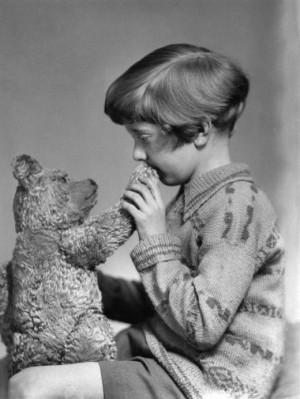 Cristopher Robin e o ursinho Winnie Pooh originais, em 1927