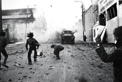 """Manifestantes no Domingo Sangrento (""""Bloody Sunday""""), na Irlanda, em 30 de janeiro de 1972"""