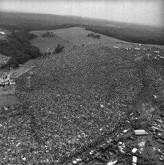 Uma multidão se reúne para o primeiro festival Woodstock, em 1969