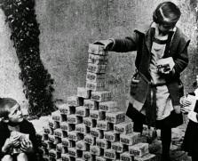 Crianças brincam com pacotes de marcos alemães em 1922