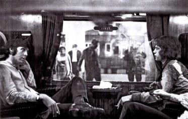 Paul McCartney e Mick Jagger a bordo de um trem na estação Euston (Londres), a caminho de Bangor (Gwynedd, País de Gales), em agosto de 1967