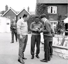 Pelé dá autógrafos para fãs durante a Copa do Mundo de 1966, na Inglaterra