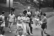 Homens tentam impedir a corredora Kathrine Switzer de competir na Maratona de Boston. Ela se tornaria a primeira mulher e terminar a corrida, em 1967