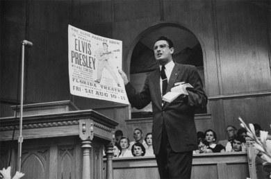 Robert Gray, um pregador batista, denuncia Elvis Presley antes de seu show em Jacksonville, na Flórida, em 1956