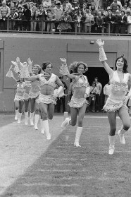 Robin Williams se junta a um joining the cheerleading squad (1980)