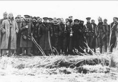 """Soldados inimigos posam juntos para uma foto durante a """"Trégua de Natal"""", espontânea, na Primeira Guerra Mundial, em 24 de dezembro de 1914"""