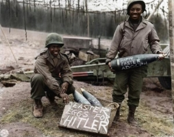 Soldados durante a Segunda Guerra Mundial na Páscoa (colorida digitalmente)