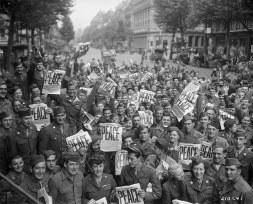 Soldados comemoram o fim da Segunda Guerra Mundial, em 1945