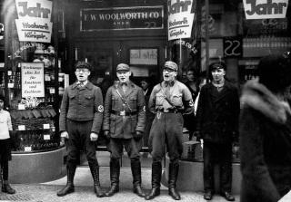 Soldados nazistas fora de uma loja de judeus, incentivando alemães a boicotá-la (1933)