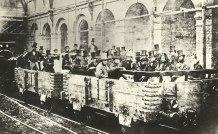 A primeira viagem subterrânea de trens, na estação Edgware Road, Londres, 1862