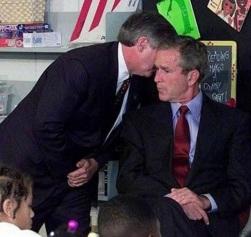 O momento em que o presidente dos EUA George W. Bush foi avisado sobre os ataques do 11 de Setembro (2001)