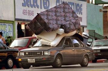 Carro leva móveis roubados durante os distúrbios em Los Angeles em 1992