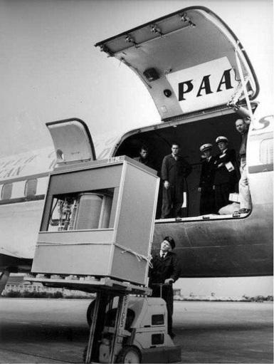 A equipe de manutenção carrega 5 megabytes de memória em um avião da Pan American Airlines, em 1956