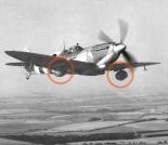 Um avião Spitfire britânico entrega barris de cerveja às tropas que combatiam na Normandia (junho de 1944)