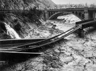 Uma inundação de um rio em Los Angeles destruiu uma ponte ferroviária do Pacífico Sul em 1938