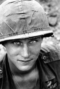 """Soldado desconhecido no Vietnã com a inscrição """"A guerra é um inferno"""" no capacete, em 1965"""