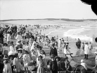 Veranistas desfrutam um dia na praia de Bondi, na Austrália, em 1900