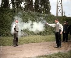 W.H. Murphy testa seu protótipo de colete a prova de balas em 1923 (colorida digitalmente)