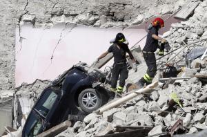 Resgate em Pescara Del Tronto (foto: Gregorio Borgia/AP)