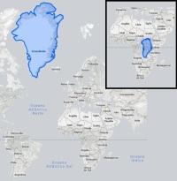 A Groenlândia (em azul) na projeção de Mercator (mapa grande) e seu tamanho real quando comparado à África (reprodução/ True Size)