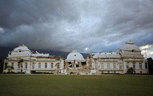 O palácio presidencial de Porto Príncipe, destruído no terremoto (foto: Ricardo Arduengo/AP)