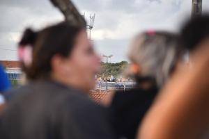 Familiares buscam notícias de presos amotinados em Natal (foto: Everton Dantas/ NOVO)